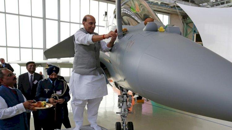 रक्षा मंत्री राजनाथ सिंह ने भरी राफेल की उड़ान, सवारी से पहले विजयदशमी पर की शस्त्र पूजा