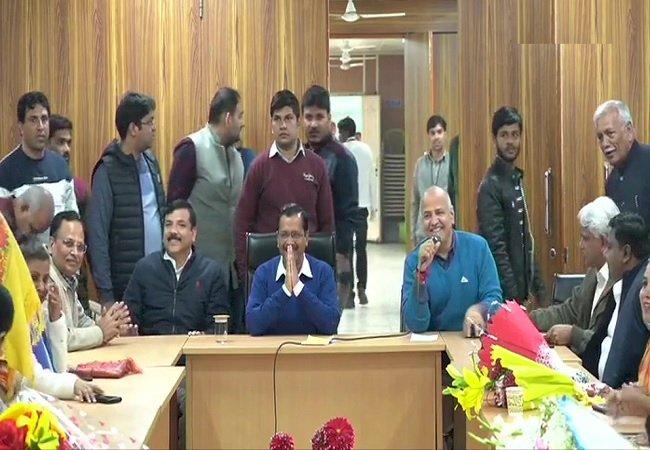 AAP के नवनिर्वाचित विधायकों ने अरविंद केरजीवाल को चुना नेता,16 फरवरी को लेंगे मुख्यमंत्री पद की शपथ,उपराज्यपाल अनिल बैजल से संभावित कैबिनेट पर की चर्चा