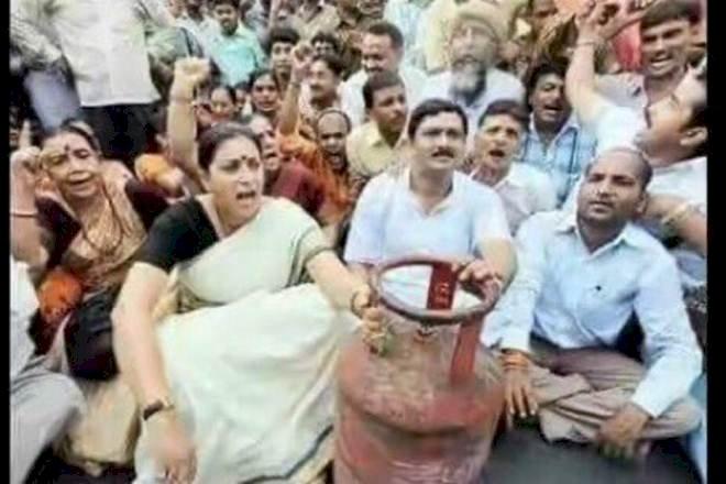 कांग्रेस नेता राहुल गांधी ने LPG की बढ़ी कीमतों को लेकर बीजेपी पर साधा निशाना,स्मृति ईरानी की पुरानी तस्वीर की शेयर कर कसा तंज,बढ़े दाम वापस लेने की मांग