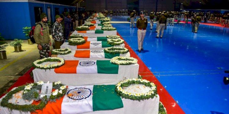 पुलवामा के  शहीदों को सलाम : 'तुम्हारे शौर्य के गीत,कर्कश शोर में खोये नहीं। गर्व इतना था कि हम देर तक रोये नहीं।, 'हमने भूला नहीं, हमने छोड़ा नहीं।